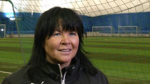 Tillslagstränaren Eija Feodoroff i närbild inne i en fotbollshall.
