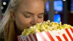 Kuvassa inkeri haistelee popcornia.