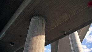 Betonista rakennettu silta Kehä III:lla