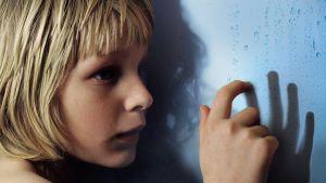 Oskar (Kåre Hedebrant) elokuvassa Ystävät hämärän jälkeen