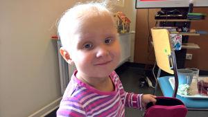 Laina-tyttö syöpähoitojen aikana