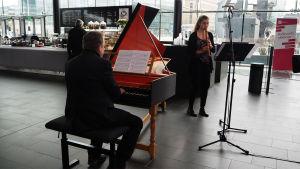 Nokkahuilisti Sofia Fernholm ja cembalisti Anssi Mattila soittavat Kantapöydän suorassa lähetyksessä Musiikkitalon kahvilassa 22.3.2017.