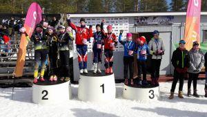 Teodora Westerlund, Ella Liljekvist och Rebecca Sandnäs tog guld i klassen D13 i Uleåborg.