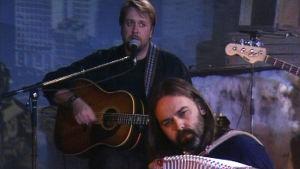 Hector (kitara) ja Esa Kotilainen (hanuri) esiintyvät.