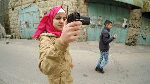 Israelin armeijan kersantti Elor Azaria ampui maassa makaavan palestiinalaisen. Hän sai 1,5 vuotta vankeutta. Imad Abu Shamsiyeh kuvasi ampumisen.