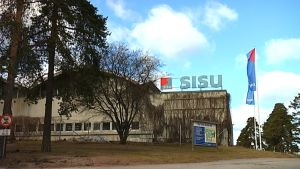 sisu logo och sisuflagga på fabriksbyggnad