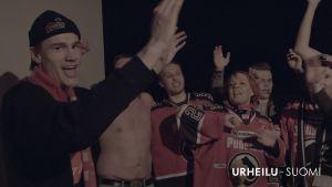 Juhlivia Porin Ässät jääkiekkojoukkueen kannattajia