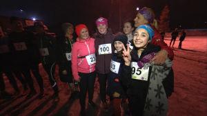 Tanja Piha och Kirsi Valasti från Run for Good tillsammans med några unga deltagare i löptävling.