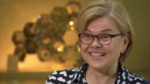 Henriette Helin-Soilevaara övervakar medicinering av djur på Evira.