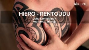 Miehen käsi tatuaoidulla olkapäällä.