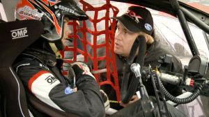 Niclas sitter i sin rallybild och får instruktioner av sin stallchef Niklas Ehrnsten.