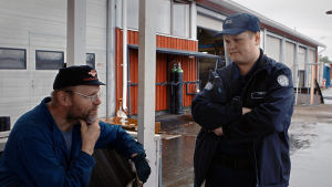 Parikymppinen Mikko aloittaa työnsä Pelson vankilan vanginvartijana parin päivän koulutuksen jälkeen.