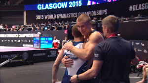 Gymnasterna Oskar Kirmes och Heikki Niva kramar varandra efter avslutad tävling.