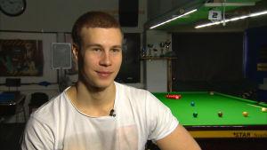 Snookerspelaren Heikki Niva i Espoon Biljardikerhos sal.