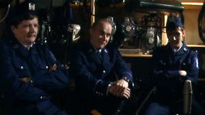 Gösta Sundqvist ja kaksi muuta mieshenkilöä poliisinpuvuissa Studio Studio -ohjelmassa.