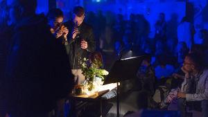 """Yleisöä haistelemassa metsän tuoksuja Tytti Arolan teoksen """"Metsä"""" aikana Flow-festivaalilla 2016."""
