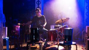 Rumpali Sami Nummela esittää Tytti Arolan teoksen Kahvi Flow-festivaalilla 2016.