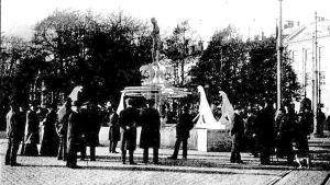 Havis Amandan puista mallia sovitetaan Kauppatorille lokakuussa 1906.