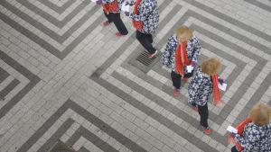 naisen kloonit labyrintissa yläkulma