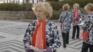 naisen kloonit kävelevät labyrintissä