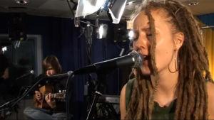 Mariska laulaa YleX:n Studio-B:ssä.