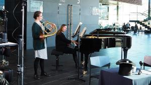Käyrätorvisti Elina TIainen soittaa luonnontorvea Kantapöydän suorassa lähetyksessä Musiikkitalon kahvilassa 3.5.2017. Pianistina on Sonja Fräki.