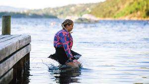 Nuoret ja lupaavat -sarjan henkilö Alex (Alexandra Gjerpen) hyppää laiturilta veteen.