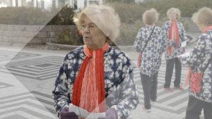 Yhdistelmä useasta kuvasta, jossa vanha nainen kartta kädessä seisoo kadulla eri suuntiin katsellen.