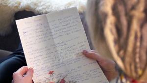 Tuhkimotarinoiden Nanna sai ystävältään Auroralta kirjeen. Kuvassa kirje.
