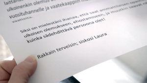 Kuvassa Tuhkimotarinoiden Lauran saama kirje siskolta.