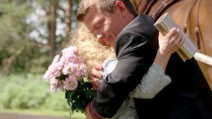 Tuhkimotarinoiden Linda ja Timo halaavat toisiaan.