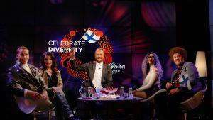 Kuvassa on Ylen Esikatseluraadin juontaja Mikko Silvennoinen ja raadin jäsenet Hanna Pakarinen, Cristal Snow, Sini Laitinen, Viki Eerikkilä.