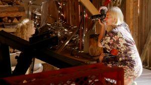 Laura Malmivaara valokuvaa ladossa Tuhkimotarinoiden Lindaa.