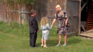 Laura Malmivaara tapaa Lindan ja Timon ladon edessä