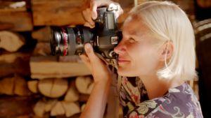 Laura Malmivaara ottaa kuvaa ladossa.