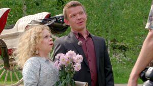 Linda ja Timo ovat yllättyneitä, kun he tapaavat Laura Malmivaaran.