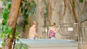 Linda ja sisarensa Laura kylpylässä