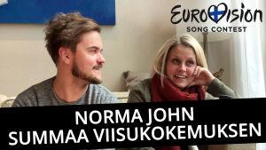 """Kuvassa ovat Norma John-yhtyeen Lasse Piirainen ja Leena Tirronen. Oikeassa yläreunassa on Eurovision Soing Contestin logo, alareunassa lukee """"Norma John summaa viisukokemuksen""""."""