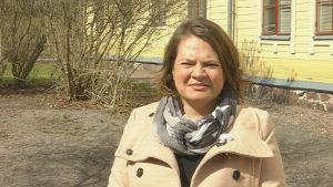 Harriet Lill-Smeds utanför Lovisa huvudbibliotek