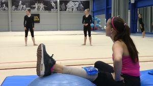 Tränaren Anneli Laine-Näätänen instruerar sina gymnaster.