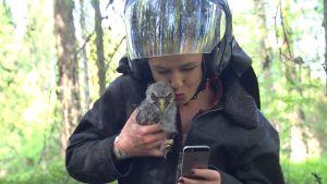 Päivikki ottaa selfien lapinpöllön kanssa