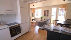 Sisäkuva keittiöstä olohuoneeseen Skanskan BoKlok-talossa (Ikean kanssa suunniteltu) Vantaan Ilolassa.