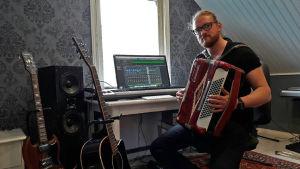 Simon Strömsund spelar dragspel