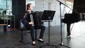 Harmonikansoittaja Minna Ristamäki Kantapöydän opiskelijatreffeillä 24.5.2017.