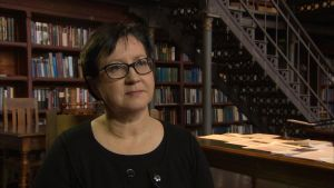 Tutkija Maria Lähteenmäki Kansallisarkistossa.