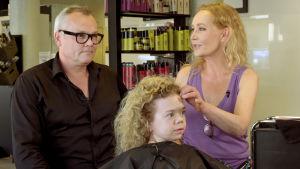 Master hairstylist Kari Hartman ja Outi Broux sekä Tuhkimotarinoiden Linda