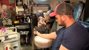 Tusentalspersoner i Manchester har skaffat en bi-tatuering.