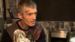 Tatueraren Paul har gjort hundratals bi-tatueringar.