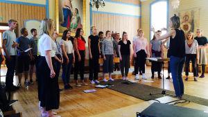 Vaskivuoren lukion kamarikuoro, joht. Jonna Vehmanen, äänittämässä Seutulan kappelissa toukokuussa 2017.