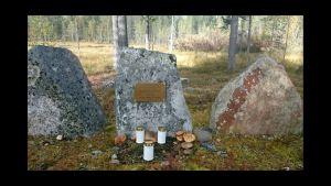 Savukosken Kuoskun kylällä oleva muistomerkki. Pystyttäjänä Ilmarin poika Tero Pulska.